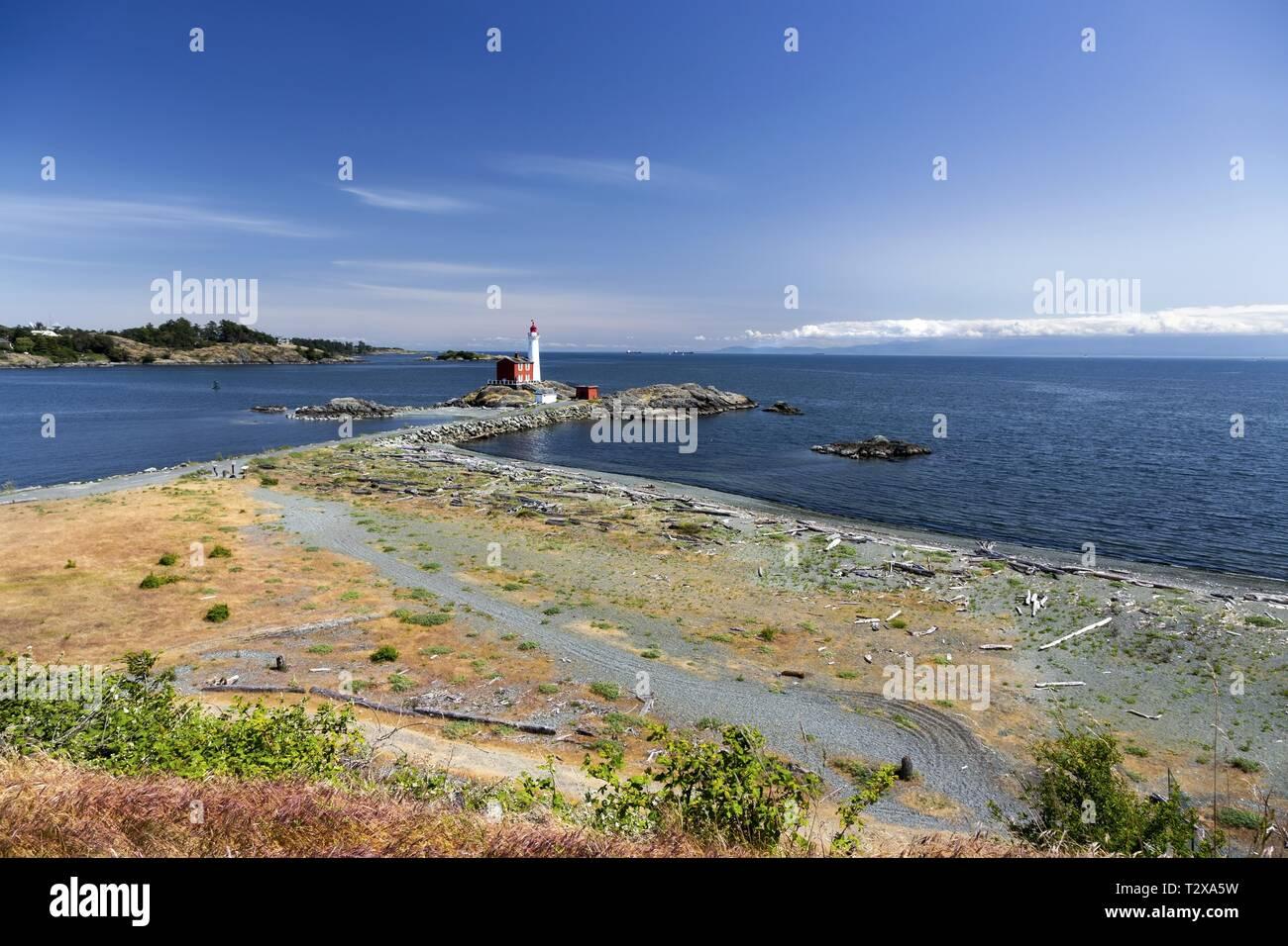 fisgard-lighthouse-springtime-wildflower