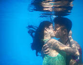 Wuhan, China's Hubei Province. 2nd Aug, 2015. Participants take part in an underwater kissing contest in Wuhan, capital of central China's Hubei Province, Aug. 2, 2015. A total of 11 couples took part in the contest and the winners won by kissing for one minute and two seconds under water. © Zhong Xue/Xinhua/Alamy Live News - Stock Image - EYPRFG