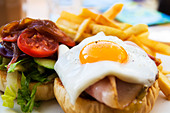 beef wagyu burger with chips, bacon, ham, egg,  and vegetables - Stock Image - BY67XF