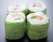 Salmon and avocado lettuce makis - Stock Image - C8ATEN