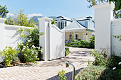 Driveway with open gate to luxury house - Stock Image - DC342G