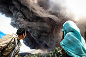 North Sumatra, Indonesia. 19th June, 2015. People watch the Mount Sinabung spewing ash in Karo, North Sumatra, Indonesia, June 19, 2015. © Tanto H./Xinhua/Alamy Live News - Stock Image - EW7WEH
