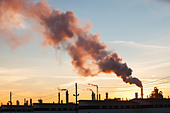 The tar sands upgrader plant at the Syncrude mine north of Fort McMurray, Alberta, Canada, at sunset. - Stock Image - CX4GEA