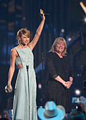 Arlington, USA. 19th Apr, 2015. Taylor Swift receives a Milestone award from her mother, Andrea, at The 50th Annual Academy of Country Music Awards at AT&T Stadium on Sunday, April 19, 2015 in Arlington, Texas. © Max Faulkner/Fort Worth Star-Telegram/TNS/Alamy Live News - Stock Image - EMDTKT