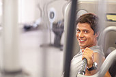 Man working out in gym - Stock Image - DE1X9D
