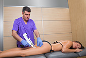mesotherapy gun therapy for cellulite doctor with woman leg thigh - Stock Image - D4ND4Y