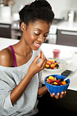 Young woman eating a healthy breakfast - Stock Image - CN4JAN