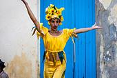 Street Entertainer Dancing On Stilts, Old Havana, Havana, Cuba - Stock Image - DN3XDX