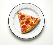 A slice of cheese and pepperoni pizza on a round white dinner plate - Stock Image - B7CE5C