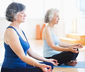 USA, New Jersey, Jersey City, Two senior women practicing yoga - Stock Image - C6E4KM