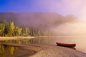 Canoe in mist, Bowron Lake Provincial Park, British Columbia, Canada. - Stock Image - CFF5YR
