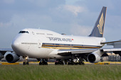 Singapore Airlines Boeing 747-412 taxiing for departure at London Heathrow airport. - Stock Image - B8F1FJ