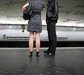 Couple waiting on subway platform - Stock Image - CWP244