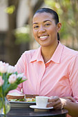 African American woman eating lunch - Stock Image - C3TCYR