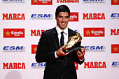 Barcelona, Spain. 15th Oct, 2014. Barcelona's Luis Suarez poses with the Golden Boot trophy in Barcelona, Spain, Oct. 15, 2014. Suarez shared the trophy with Real Madrid's Cristiano Ronaldo with a tally of 31 goals in Europe's domestic leagues last season. © Pau Barrena/Xinhua/Alamy Live News - Stock Image - E8X7ME