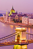 The Parliament Building and Chain Bridge over the Danube River seen from Castle Hill district, Budapest, Hungary. - Stock Image - CEAA30