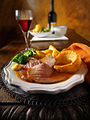 Traditional British roast dinner with roast beef, roast potatoes, yorkshire puddings. 21 days hung - Stock Image - B3H4RB