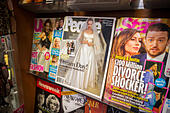 People magazine featuring the wedding of Angelina Jolie and Brad Pitt is seen on a newsstand with other celebrity mags - Stock Image - E79F15