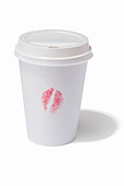 A takeaway drink cup with a lipstick kiss print on the side - Stock Image - CREPE4