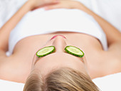 Young woman lying down in massage table - Stock Image - B4XA2G
