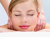 Young woman getting massage - Stock Image - B4XA39