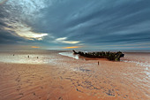 Views of a shipwreck on Berrow beach. - Stock Image - DGHWXG