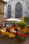 a cafe scene on the Corso Vittorio Emanuelle II, behind the Duomo, Milan, Lombardy, Italy. (NR) - Stock Image - B8DD1J