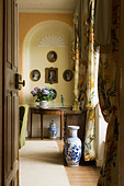 View through open door into living room with arched alcove in a 17th century Irish castle - Stock Image - AJJ81N