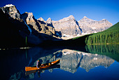 Man in canoe, Moraine Lake, Banff National Park, Alberta, Canada - Stock Image - AW328N