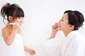 Mother and daughter brushing teeth - Stock Image - CBA53X