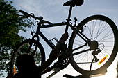 Mountain bike on car roof - Stock Image - A2WKM0