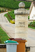 gate post chateau pavie saint emilion bordeaux france - Stock Image - BEATYK