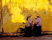 Two women with conical hats and bicycles Hanoi Vietnam. - Stock Image - A1621H