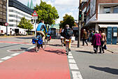 Cyclists crossing a road in Bremen, Germany. - Stock Image - E6RAT3