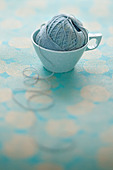 pale blue mel mac vintage coffee cup with ball of string - Stock Image - C1E540