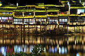 Fenghuang. 17th June, 2015. Photo taken on June 17, 2015 shows the night view of the ancient town of Fenghuang, central China's Hunan Province. © Long Hongtao/Xinhua/Alamy Live News - Stock Image - EW4M8P