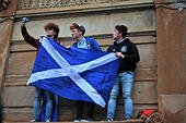 Glasgow, Scotland, UK. 16th September, 2014. Scottish pro-independence rally. Pro-independence supporters wave flags at city centre rally © Tony Clerkson/Alamy Live News - Stock Image - E7FXJ6
