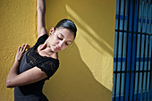 A classical ballerina from the Cuba National Ballet at the Malecon. - Stock Image - DDA57D