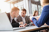 Business colleagues at brainstorming meeting - Stock Image - E705JB