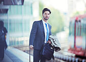 Businessman waiting at train station - Stock Image - EF7HD0