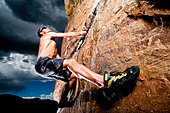 Rock climber climbing the Prow at Rotary Park adjacent to Horsetooth Reservoir in  Fort Collins, Colorado, USA - Stock Image - CFFGMM