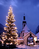 DE - BAVARIA: Christmas at Ramsau (Pfarrkirche St.Sebastian) - Stock Image - AYJEAE