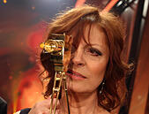 Hamburg, Germany. 27th Feb, 2015. US actress Susan Sarandon poses with her award during the 50th Golden Camera Award (Goldene Kamera) ceremony in Hamburg, Germany, 27 February 2015. Sarandon was awarded in the category 'life work international'. Photo: Christian Charisius/dpa/Alamy Live News - Stock Image - EGP6E1