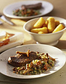 Steak with chanterelles - Stock Image - AF50GX