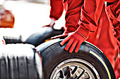 Mechanic working at pit stop - Stock Image - D5WT4H