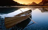 Canoe on Bow Lake at Sunrise, Banff National Park, Alberta, Canada - Stock Image - A916XR