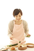 Young Woman Making Lunch Bag - Stock Image - BRY8GB