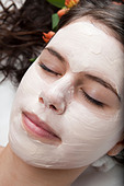 Young woman getting a facial treatment at a spa - Stock Image - BAKF0R