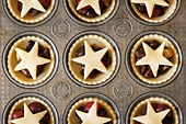 Mince Pies in a baking tray - Stock Image - CXR2AW