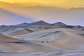 Sand dunes in a desert, Mesquite Flat Dunes, Death Valley, Panamint Range, California, USA - Stock Image - BNG5BX